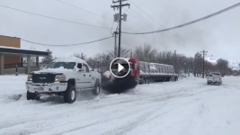 VIDEO: Snowed-in flatbedder gets a tow from a surprisingly helpful pickup